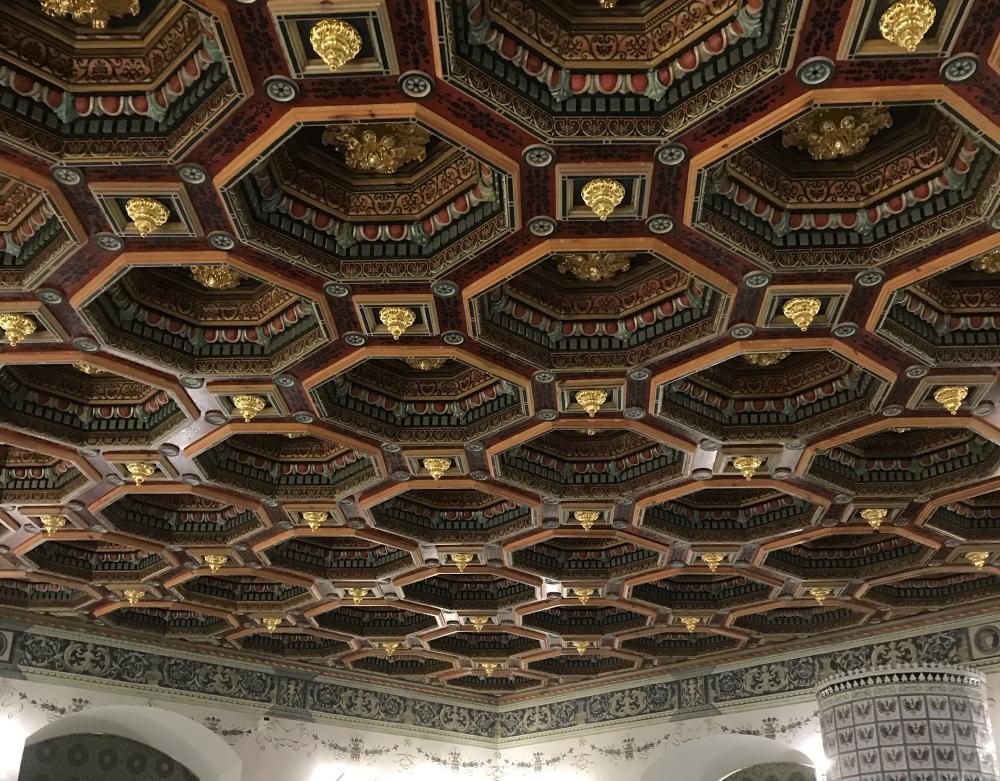 ...c очень крутым потолком