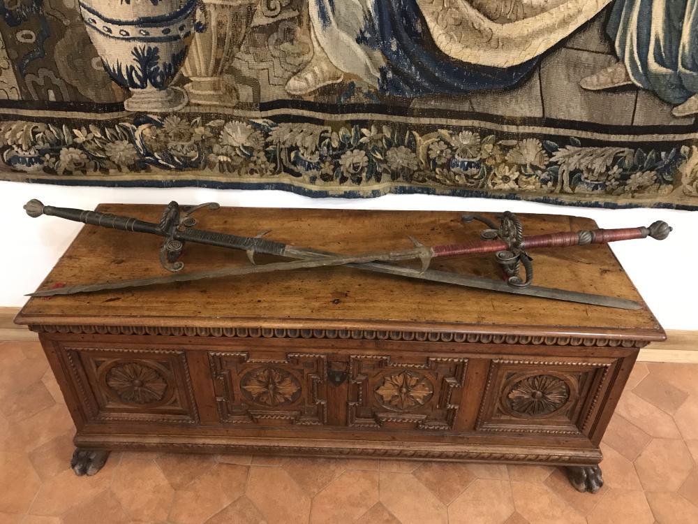На первый взгляд кажутся обычными мечами, но на самом деле это огромные двуручные мечи