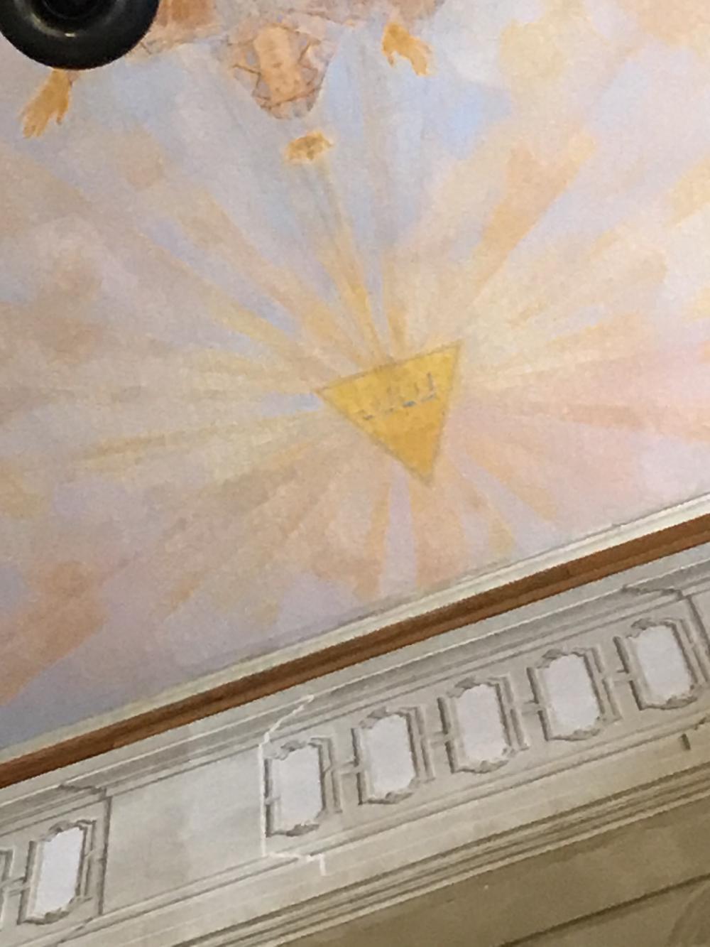 Присмотревшись можно заметить массонский символ на потолке